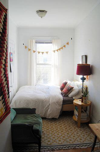ways to decorate a small bedroom 17 best ideas about small bedrooms on pinterest small