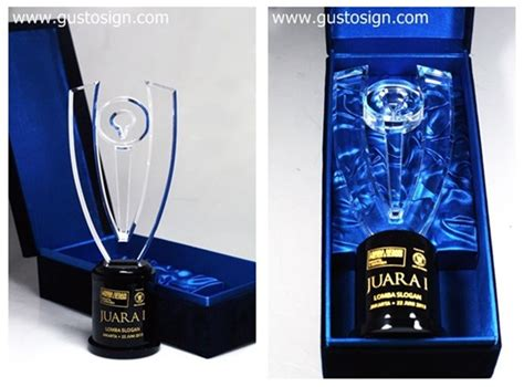 Cat Akrilik Emas trophy lomba slogan oleh media indonesia reklame neon