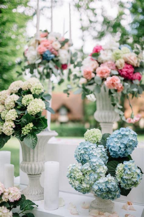 floreros con nube floreros blancos con flores de pie fuera descargar fotos