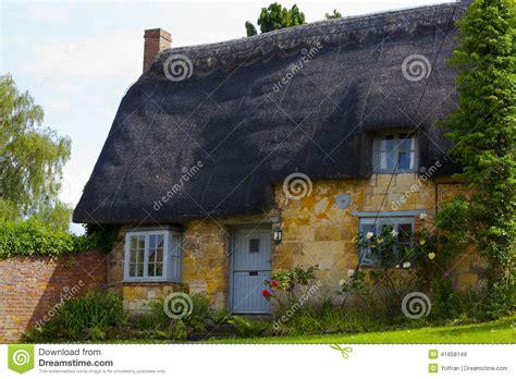 le cottage le cottage de cotswold avec le toit couvert de chaume