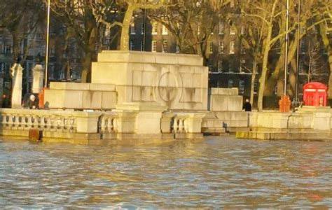 thames river place london s thames river overflowing 27 flood warnings in