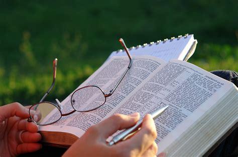 imagenes de jesus leyendo las escrituras na reflex 227 o da semana dom manoel fala sobre o m 234 s da b 237 blia