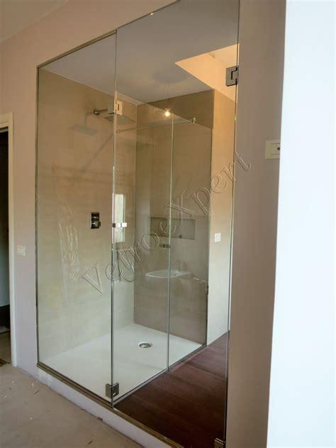 cabina doccia in cristallo foto di box doccia in muratura della vasca in un