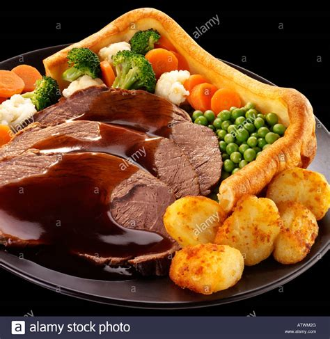 roast dinners traditional sunday roast yorkshire puddings england uk giant yorkshire pudding dinner with beef stock photo