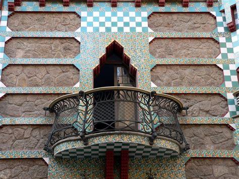 balkon holzgeländer außen balkon blumenkasten idee