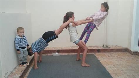 imagenes de yoga de tres personas trucos de 3 personas acro yoga youtube