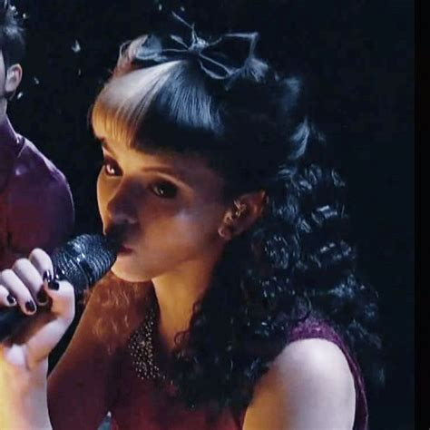 melanie martinez had short curly hair for her performance of cough melanie martinez hair steal her style