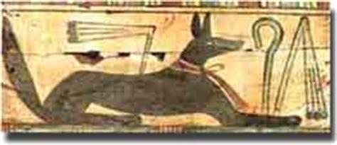 il dio egizio con testa di sciacallo anubi dio egiziano protettore dei defunti