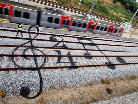 imagenes artisticas en el entorno cotidiano funny street art on train tracks