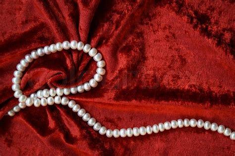 Kalung Choker Velvet Flower Pearls 6886 necklace of white pearls on a terracotta velvet as