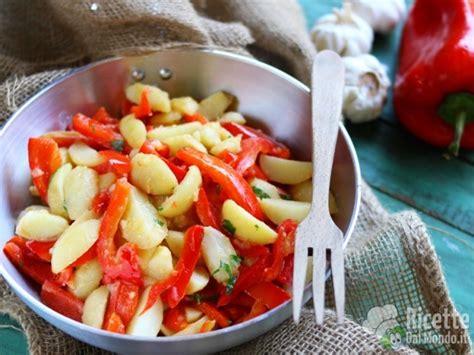 come cucinare patate in padella peperoni e patate in padella ricettedalmondo it