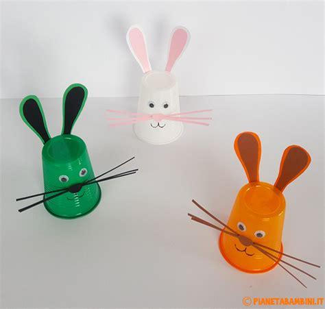 ladario con bicchieri di plastica lavoretti di pasqua coniglietti con i bicchieri di