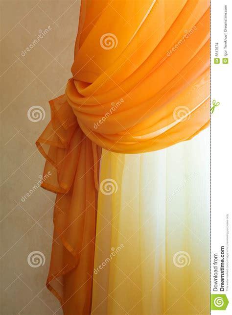 rode doorzichtige gordijnen doorzichtige oranje gordijnen stock afbeeldingen beeld