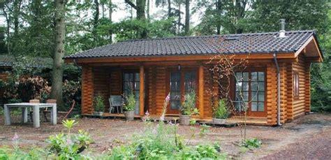 piccola casa una piccola casa di cagna di tronchi secchi 61m2