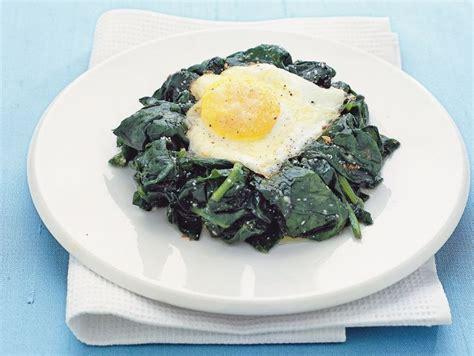 come cucinare le uova al forno ricetta uova al forno con spinaci donna moderna