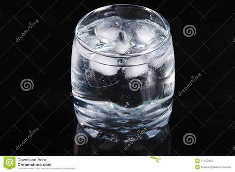 bicchieri di ghiaccio bicchiere d acqua con ghiaccio fotografie stock immagine