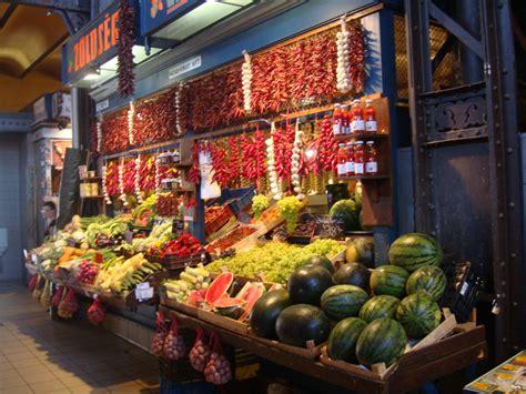 banco di brescia on line colorato banco della frutta al mercato coperto di budapest