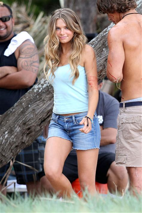 film blue lagoon 2013 indiana evans and brenton thwaites film blue lagoon 2