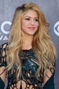 what color is shakira s hair 2015 shakira wavy honey blonde side part hairstyle steal her