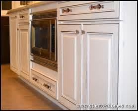 Glass Hardware For Kitchen Cabinets Kitchen Cabinet Ideas Dual Finishes And Hardware Combinatio Ns