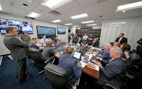 draft room 2016 nfl draft dallas cowboys jerry jones inside draft war room the mmqb with king