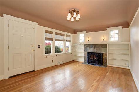 pittura soffitto salone accogliente con la pittura interna soffitto