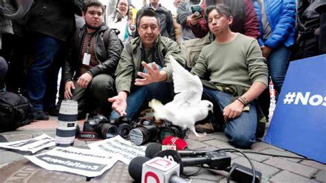 tres periodistas en la difunden video de periodistas ecuatorianos secuestrados por un grupo disidente de las farc