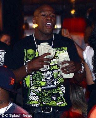 floyd mayweather money bag floyd mayweather flashes his bag of cash in las vegas