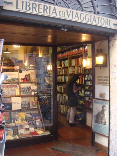 libreria colletti il mondo in una stanza luomoconlavaligia