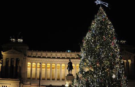 alberi di natale illuminati i 10 alberi di natale pi 249 belli e particolari in italia