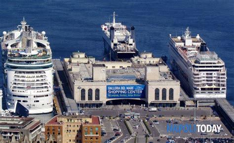 napoli porto porto di napoli arrivano 600 migranti su una nave della
