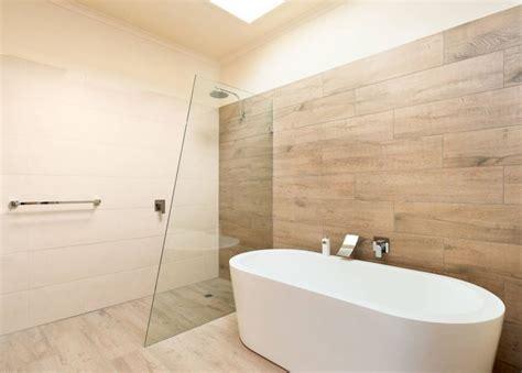 Supérieur Carrelage Design Salle De Bain #2: carrelage-imitation-parquet-sol-mur-salle-de-bain.jpg