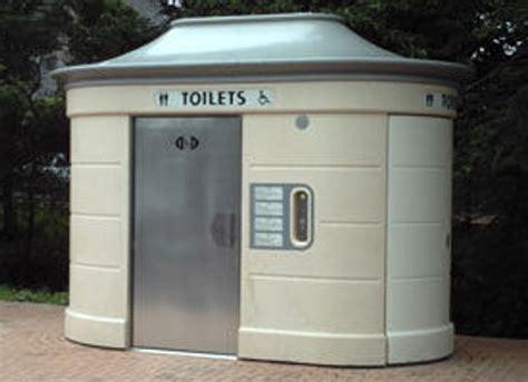 bagni autopulenti la lettera 100 000 per due bagni pubblici qualcuno