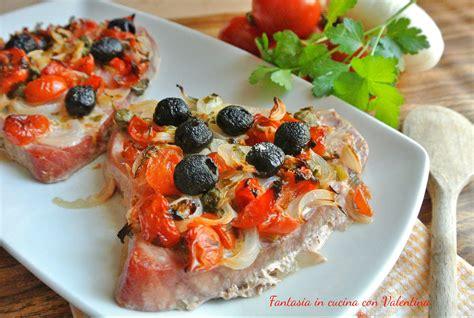 cucinare il filetto di tonno trancio di tonno con pomodorini cipolle e olive