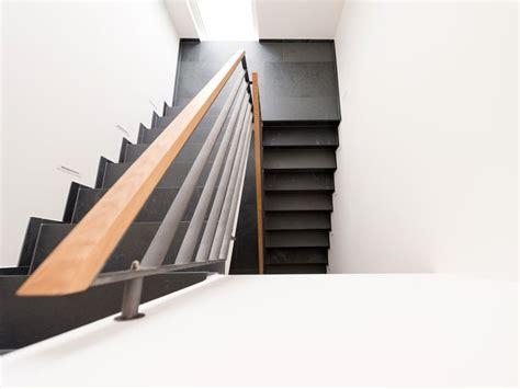 schiefer fliesen ein moderner treppenaufgang aus schieferfliesen
