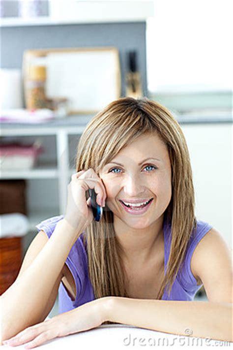 imagenes mujer alegre mujer alegre que contesta al tel 233 fono en la cocina