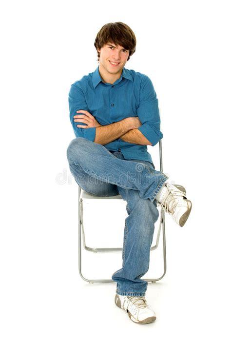 der stuhl beim frauenarzt junger mann der im stuhl sitzt stockbild bild l 228 nge