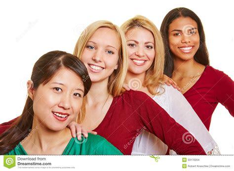 imagenes mujeres felices grupo de mujeres felices en fila imagenes de archivo