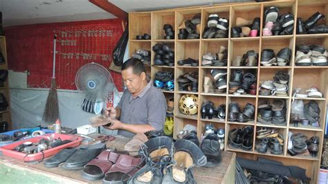 Sepatu All Di Pasar kasdi setia melayani pelanggan jasa sol sepatu kh