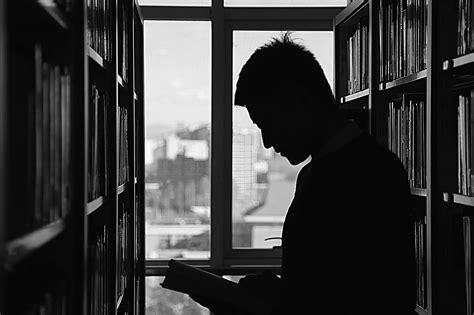 libro desde la sombra biblioteca imagen gratis biblioteca hombre persona sombra leer