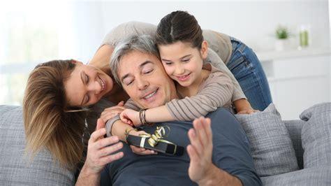 papa coge con su hija gu 237 a de regalos para el d 237 a del padre 2015 detalles para