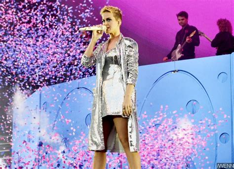 Kate Perry Wardrobe by Katy Perry Suffers Wardrobe As She Flashes