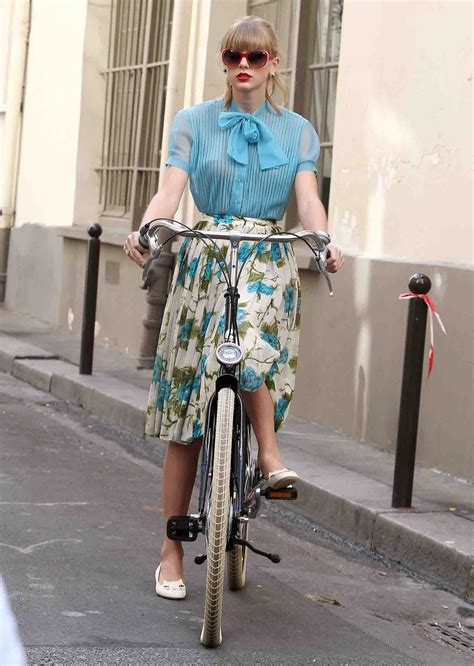 taylor swift begin again blouse taylor swift s blue and white floral skirt with white cat