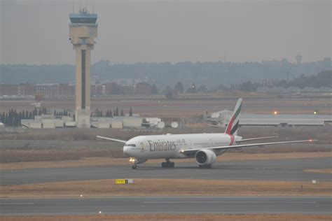 Emirates Johannesburg | file b777 de emirates or tambo international airport in