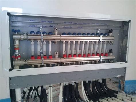 collettore riscaldamento a pavimento foto collettore di un impianto riscaldamento a pavimento
