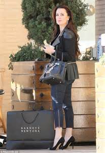 Single Car Garage Kyle Richards Holds Measly 1 Tip In Hand At Valet Stand