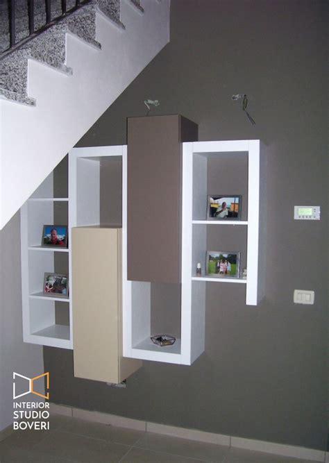 progettare una libreria arredamento sottoscala in appartamento moderno a monza