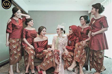 Kebaya Atasan Taveta elegan ini 19 seragam bridesmaids terbaik yang bisa ditiru