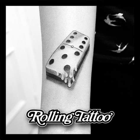 domino tattoo tatuaje de pieza de domin 243 derriti 233 ndose dise 241 o y tatuaje
