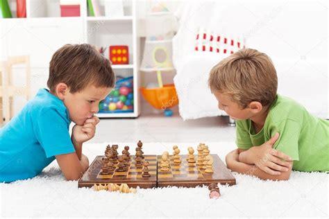 imagenes niños jugando ajedrez ni 241 os jugando al ajedrez foto de stock 169 ilona75 6784238